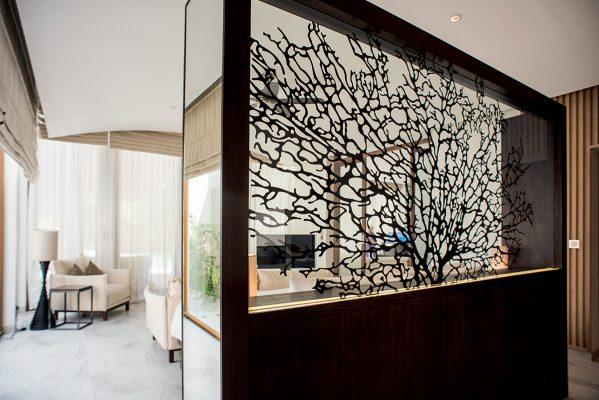 豪華沙灘別墅剛好完成翻新,約3,000多呎客房有一幅以珊瑚做主題的玻璃,房間內還設衣帽間、化妝間及工作空間等。
