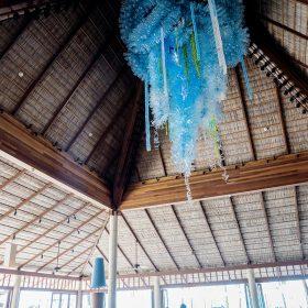 酒吧中央放置了一件以5,500個膠樽製作的大型藝術裝飾,宣揚環保訊息。