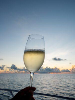 日落遊船上,職員會準備香檳及點心,好好享受夕陽之美。