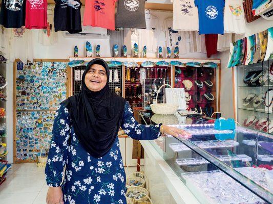 Dhangethi小島很細,有幾間小小紀念品,可以支持一下居民小店。