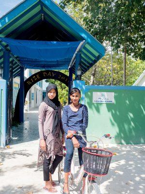 小島上偶會遇上剛下課的女生們,她們都很友善。