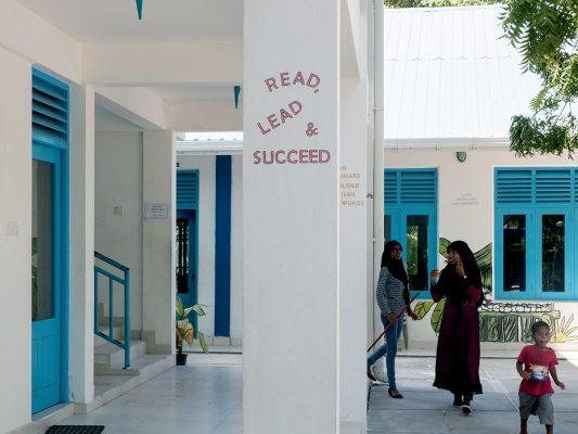 可跟隨導遊到小島的學校參觀,只要不打擾同學們上課便可。