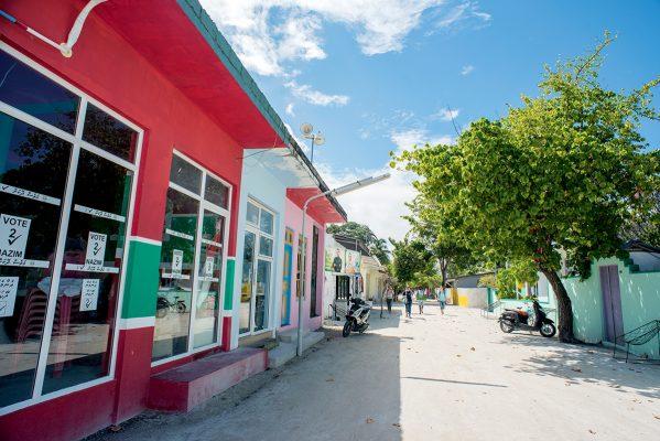 我十數年前曾到過這小島一次,大街依舊,店鋪亦比以前光鮮及整齊。