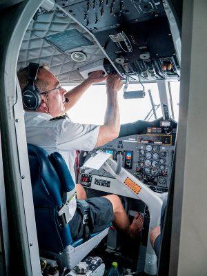 坐在飛機師的後排,可以看到駕駛過程,他是赤腳的