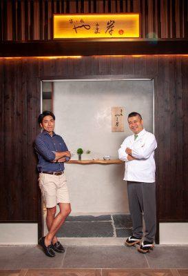 山岸受親戚田中准平(左)的邀請,擔任香港京小路やま岸店的料理長。