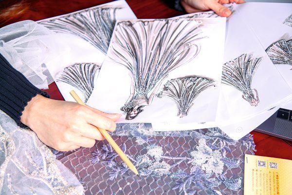 在Viola的工作室內滿怖她的手稿,圖為其中一張手繪的晚禮服圖。