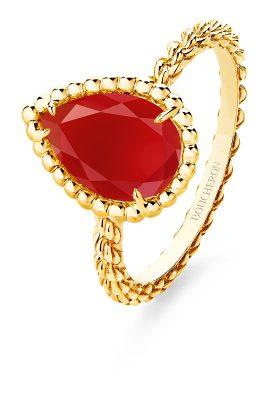 BOUCHERON寶詩龍Serpent Bohème系列以雅致的金珠鑲邊之的水滴造型代表蛇首,鑲嵌紅玉髓。