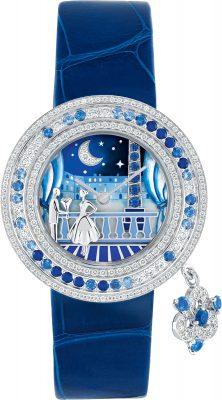 Charms Romance Parisienne Retrouvailles 腕錶  - 32毫米白K金錶殼,配搭鑲嵌鑽石及藍寶石的白K金錶圈,以及單鑲美鑽錶冠 - 錶盤:白K金,鑲嵌鑽石及藍寶石,綴以微型彩繪及內填琺瑯  - 白K金旋轉吊飾,鑲嵌鑽石及藍寶石  - 兩條可替換的青金石藍色及白色亮面鱷魚皮錶帶,及可替換的白K金鑲鑽針扣