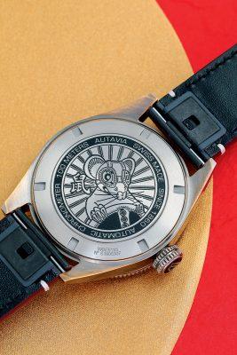 錶背鐫刻一隻頭戴飛行員護目鏡、手握汽車方向盤的老鼠圖案及漢字「鼠」,生動地交代Autavia系列的起源。