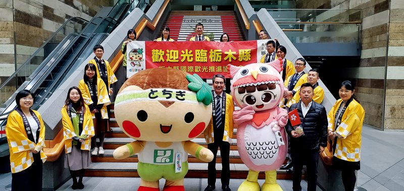 國際吉祥物聯合總會主席陳啟銘(Laputa)與自創的吉祥物「易易」。