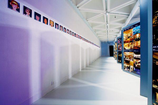 展覽入口處展示多個霓虹燈牌裝置,都是曾合作過的客戶及品牌。