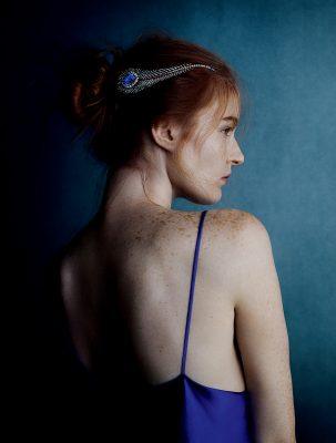 Chaumet 孔雀羽毛胸針,可作頭飾佩戴,鑲嵌1顆產自錫蘭的藍寶石,Joseph Chaumet 所製。