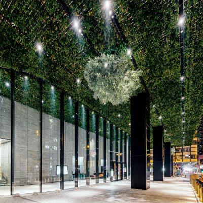 """大樓全球首創並 獲專利設計的""""CEILINGREENR""""綠化天幕,天幕由倒向種植的綠色植物所築起。"""