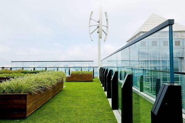 屋頂安裝了3kW的風力發電機,可將風能轉化為電能,為空中花園提供照明。另外,通過重用中水、回收雨水和使用節約系統,估計可節省65%的自來水用量。