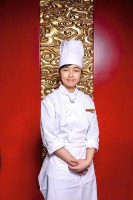 邱詠琪 邱詠琪現為九龍香格里拉大酒店米芝蓮星級中菜廳香宮點心部三廚。年僅22歲的她已參加過香港和上海不同公開烹飪比賽,於2018年由亞洲餐飲廚藝協會舉辦的亞洲名廚精英薈﹝上海站﹞中贏得金獎,並於2019年HOFEX香港國際美食大獎的現代中式熱盤烹調創意前菜項目中贏得金獎。她說,在創作得獎作品「龍纏碧玉」的過程中,梁師傅給了很多寶貴意見。