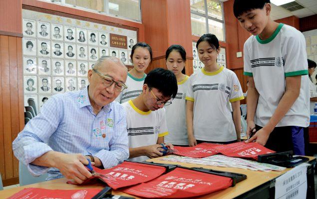馬主席與學生一同參與賣旗籌款活動。