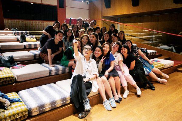 第二屆「香港女人節」請來著名的形象顧問劉天蘭,教女士認識自己的身形比例,助她們尋找配對美化的衣物廓形。圖為劉天蘭與一眾觀眾一同拍攝自拍照留念。