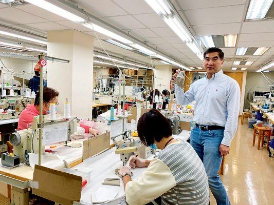 立法會議員鍾國斌(右)發動紡織及成衣業界在港重設口罩生產線,與全民共同抗疫。