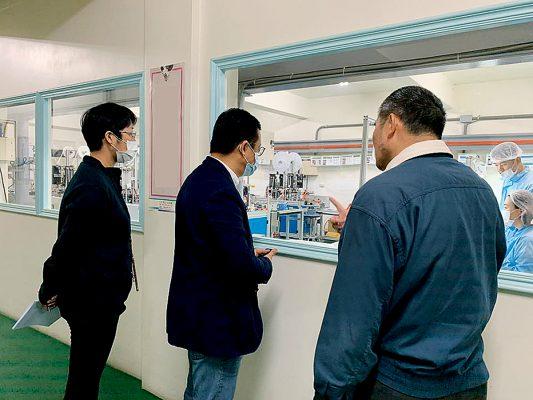 港視業務多次轉型,主席王維基(中)由經營電視台起家、後轉營電子商貿平台至近日的傳統口罩生產。