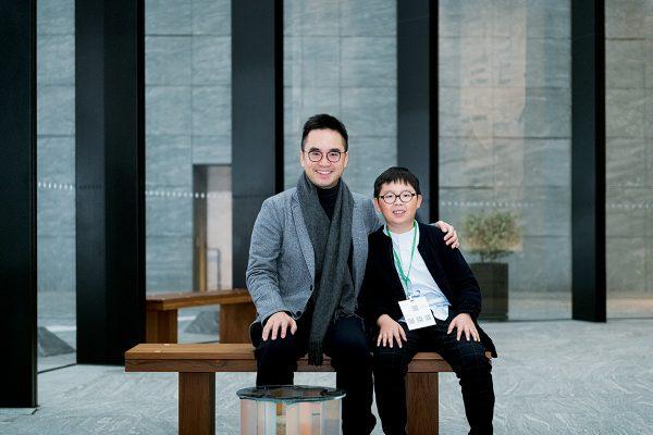 新世界集團鄭志剛(左)宣布與初創公司合作,計劃在屯門設廠生產口罩予弱勢社群。