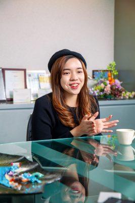 梁珮珈 (Rebecca) 在香港土生土長的九十後。大學時期創業兩次,從此跟行銷及新創建立不解之緣。從逃學去旅行的大學生,到後來把旅行變成工作一部分。因為堅持「不在該吃苦的年紀選擇安逸」選了一條不安定也充滿挑戰的路,成為旅遊新創的海外第一號員工,再把一個新創品牌帶到香港及東南亞各個市場;由成立分公司、建立團隊到持續業續成長。近年,仍然喜歡旅行中遇到的新事物新啟發,每趟旅程都在提醒自己:「世界很大人很渺小,不要甘於現狀做個井底之蛙。」今年,她已在另一家公司作全新的業務拓展工作,同樣的從零開始,繼續展開「職場達人」的閃爍生涯。