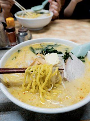 味噌咖喱牛乳拉麵每碗 880 日元,味道濃郁,加入大量芽菜也不覺油膩。