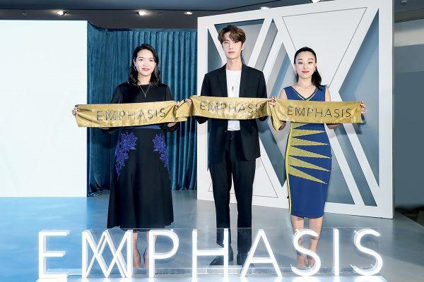 去年,Genevieve聯同品牌M 「冠」系列代言人王一博(中)與EMPHASIS首席品牌經理張崴 (右一),為上海地區的首家新店剪綵。