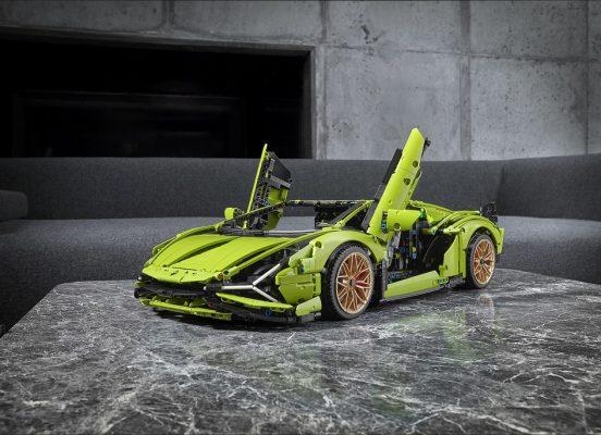 新品採用了和Sián實體車顏色相同的亮綠色外觀和啞金色輪轂,完成品高度為13厘米、長60厘米、寬25厘米。