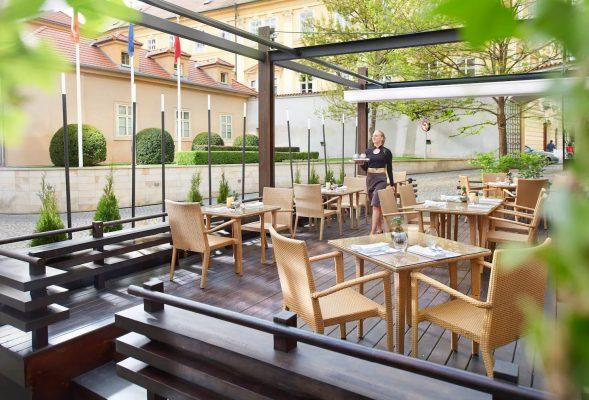 若想了解酒店內米芝蓮餐廳,可利用直接回復功能直接撥打餐廳電話。