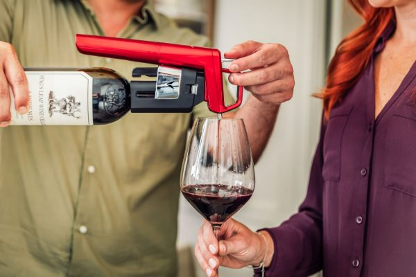 即使是初學者,也無需擔心使用方法;只需輕輕將易於裝卸的SmartClamps對準瓶頸,穩固向下直接推按手柄即可完成取酒。