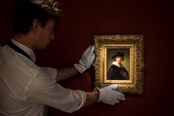 《戴襞襟和黑帽的自畫像》尺寸精巧,卻展現倫勃朗描摹自身形象的超卓造詣,是今年七月倫敦一場跨門類晚間拍賣的焦點鉅獻。