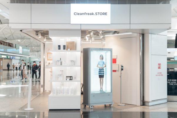 以純白無菌為設計主題的Cleanfreak.STORE,店內空間裝潢簡約及充滿未來感。當踏入店後,便會被擴增實境技術(AR)的虛擬實習客服員迎接。