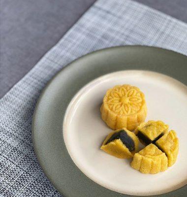 此系列的月餅將傳統月餅的成份加以改良,主要備有鹹蛋奶皇及黑芝麻兩款口味,圖為黑芝麻口味。