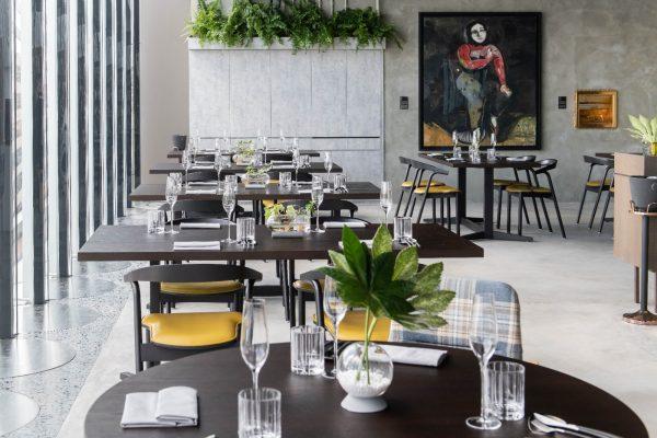 餐廳內展出多項鑑賞級的藝術家畫作。