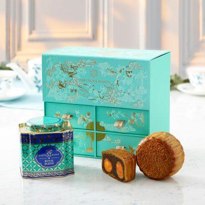 禮盒內包含精美包裝的4個Royal Blend 月餅,並配上一罐Royal Blend茶葉,茶香柔滑細緻。可以吃每一口月餅、呷每一口茶!