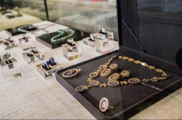 位於炮台山的旗艦店中所展示的珍貴珠寶。