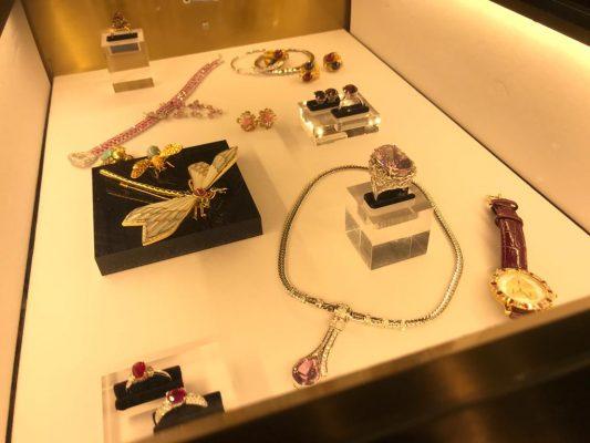 古董珠寶亦能在期限店找得到。