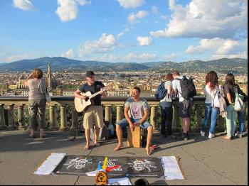 兩名法國男子在街頭賣唱