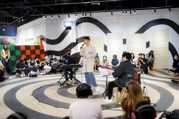 第一場Silent Concert的表演歌手許廷鏗,入場人士需要戴上無線耳機,感覺歌手們就在自己耳邊唱歌,無論身處哪一個位置,全場觀眾所聽到的都是同一條音源。