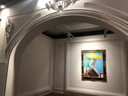 畢加索1969年作、囊括藝術家晚期作品關鍵題材的《男子半身像》,在掛畫的現場空間,是為一道拱門設計場景,此乃仿照畢卡索的工作間。