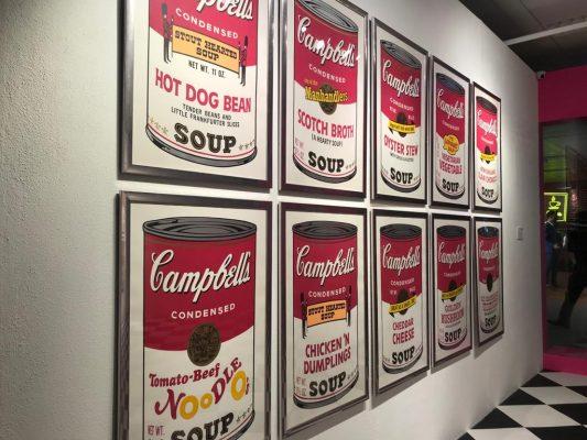 安迪 ∙ 沃荷(Andy Warhol)於1969年創作的《金寶湯之一(一套十幅)》,拍賣估價為4百萬至6百萬港元,畫作的展示場景以模仿雜貨商店為主題,藉以紀念大師該系列第一次展出的特別時刻。