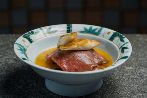 壽喜燒以A5和牛西冷及肉眼作為主菜。