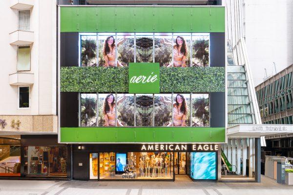 位於中環LHT Tower的American Eagle Outfitters旗艦店,樓高三層,佔地7000呎,於疫市中算是一個較大型的時裝品牌擴充舉措。