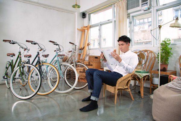 訪問當天穿著白裇衫的Hughes,他強調踏單車不一定要「全副裝備」,有時候單車也可以「好文青」的。