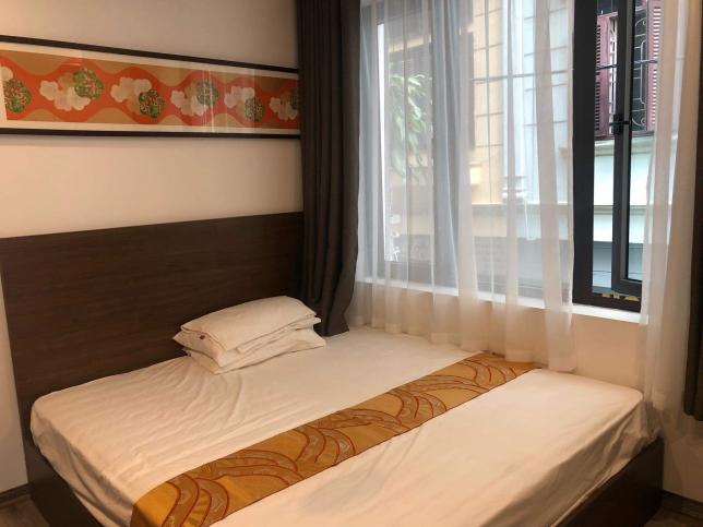킹베드 침대로 두명이 자도 자리가 남아요~ 아주 잘 관리된 방입니다. 채광 좋은 방향으로 창이 크게 나있습니다.분리형 방에는 침대 옷장 티비가 있죠
