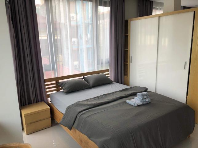 식탁과 칸막이를 넘어가면 침실이 있습니다. 한국의 1.5룸이라고 하기엔 약간 무리지만 어느정도 분리는 되어 있어요. 침대는 킹사이즈에요. 집에는 엘레베이터도 있고 24시 CCTV도 있습니다.