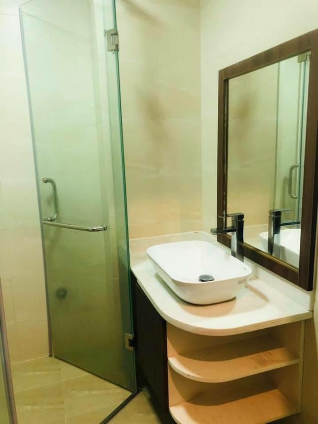 화장실도 현대식 건식 화장실이고 샤워부스, 변기, 세면대 모두 새로 설비한 것입니다. 지인분이 운영하시는 서비스 아파트 원룸이고, 저도 다른 층에서 생활 중입니다. 그리고 무엇보다 이전에 살던 분도 한국분이어서 깨끗하게 관리되었습니다ㅎㅎ