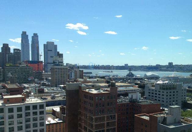 안녕하세요^^! 저희집은 54가 웨스트에있고¸ 맨하탄의 중심 컬럼버스 서클이라는 좋은 위치와 유명건축가가 설계한 맨하탄에서 3위안에 꼽는 최신럭셔리 아파트라는 장점이 있구요¸ 최고급내외장재를 사용한아파트에요~! 마스터룸은 허드슨강이 내려다 보이는 아름다운뷰를가지고있어요^^!