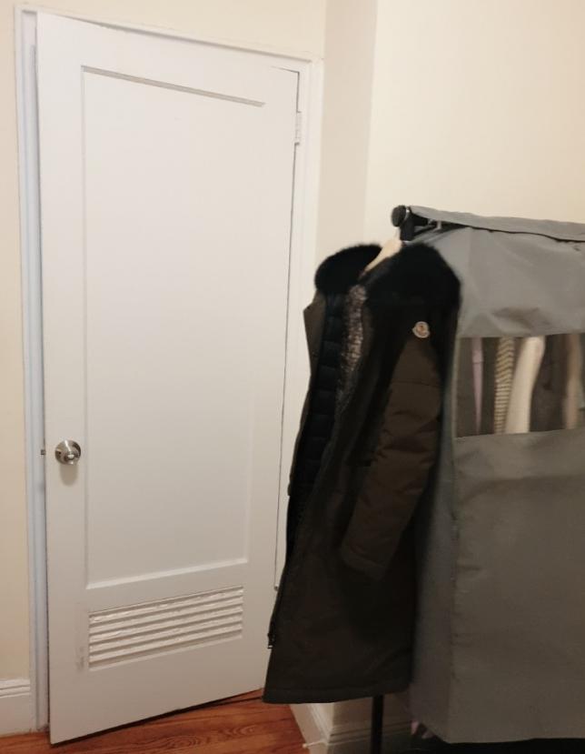 옷걸이 외에도 밖에 closet 이 따로 있어서 충분한 수납이 가능합니다.