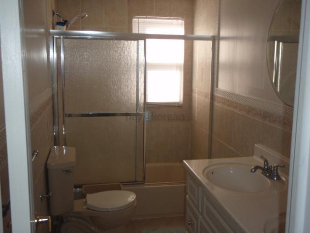 화장실은 룸과붙어 있어 사용이 아주 편리합니다.  통풍도 잘 되구요.